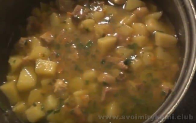 Наш тушеный картофель с мясом в кастрюле уже готов.