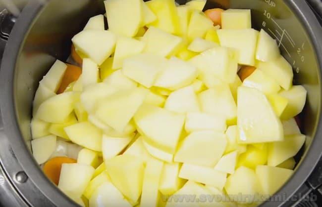 Рецепт тушеной картошки с мясом в мультиварке позволит вам заблаговременно приготовить вкусный ужин, даже если времени на это совсем мало.