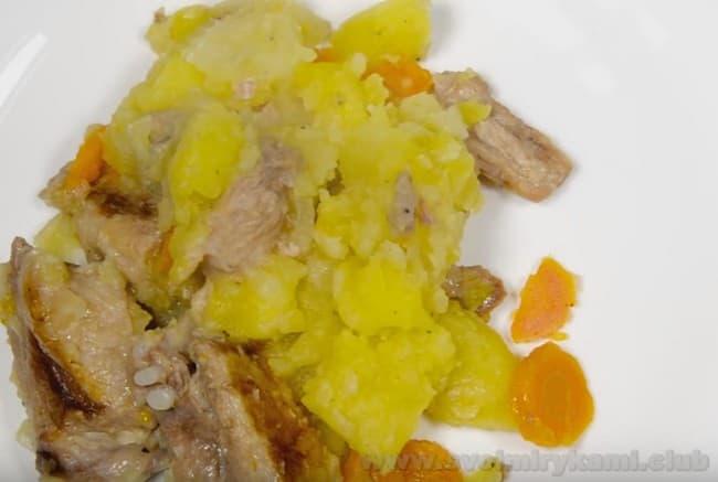 Вкусная тушеная картошка с мясом в мультиварке по нашему рецепту готова.