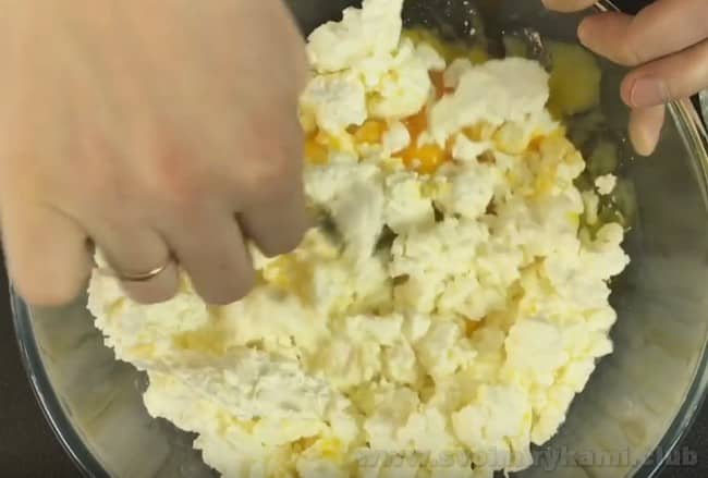 Для запеканки на кефире с манкой понадобятся также яйца и сахар.
