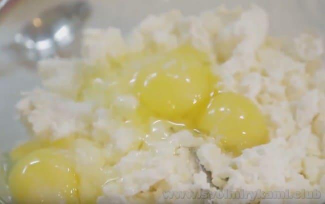 Этот рецепт приготовления творожной манной запеканки в духовке очень простой и доступный.
