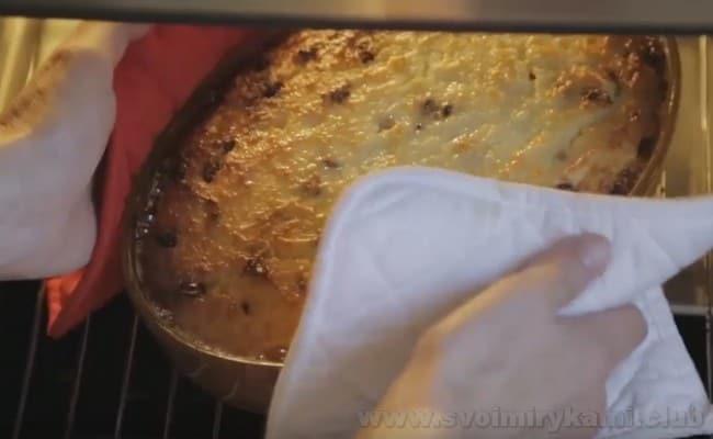 Творожная запеканка с изюмом и манкой печется недолго.