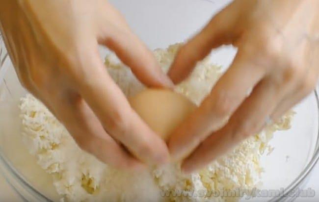 Творожная запеканка с молоком и манкой будет более ароматной, если добавить в нее ваниль.