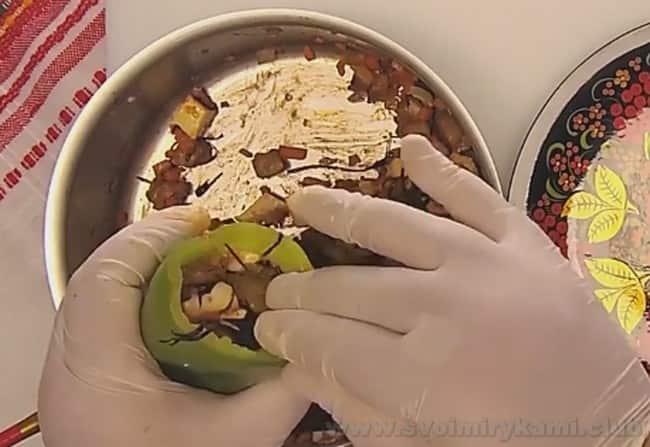 При желании по такому же быстрому рецепту можно приготовить перец, фаршированный овощами с капустой.