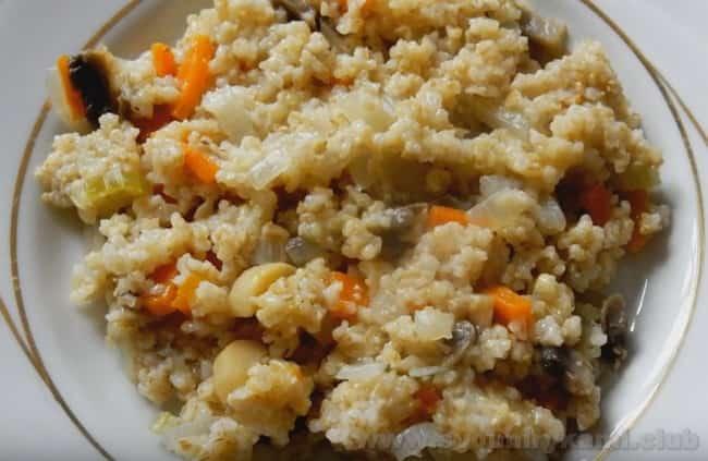 После того, как вы узнали, как варить ячневую кашу на воде, можно приготовить ее с овощами.