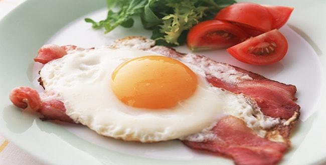 Как вкусно приготовить яичницу с беконом по пошаговому рецепту с фото