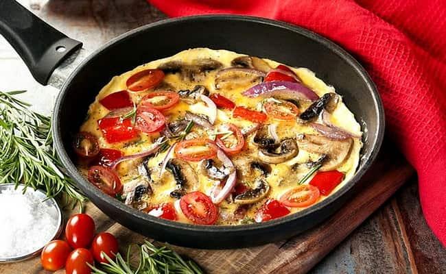 Яичница с грибами и помидорами готова и теперь наслаждаться ее чудесным вкусом.