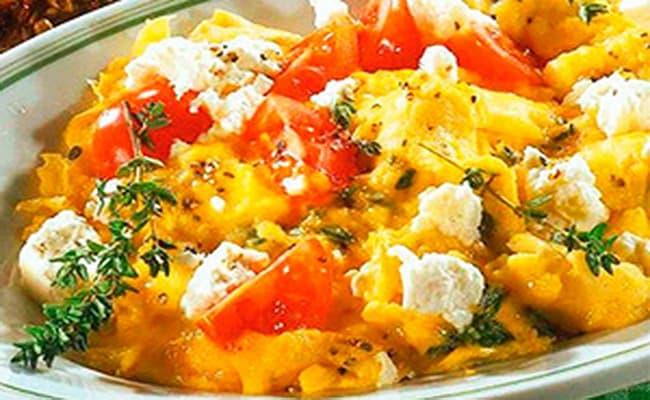 Яичницу с помидорами и сулугуи готовим примерно 8 минут и можно подавать на стол.