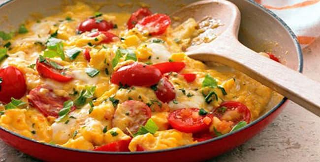 Как вкусно приготовить яичницу с помидорами по пошаговому рецепту с фото