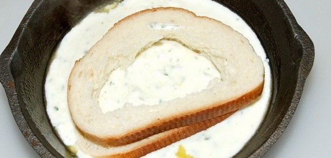 Запеките яичницу в хлебе в духовке.