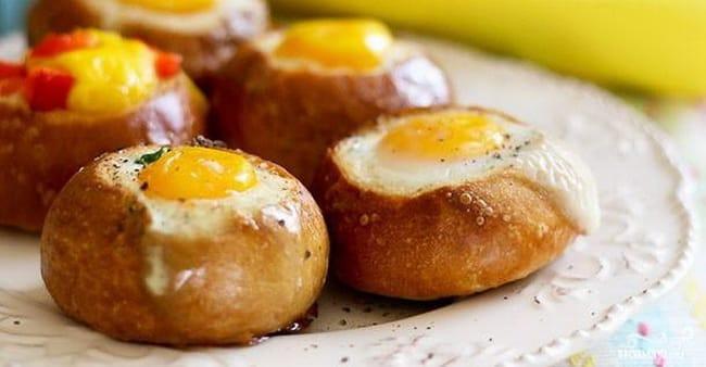 Готовая яичница в хлебе приготовленная в микроволновке.
