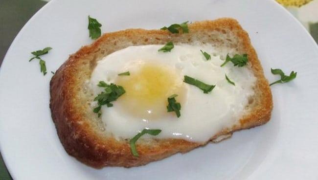 Готовая яичница в хлебе приготовленная в мультиварке.