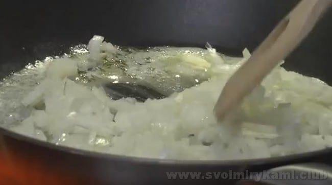 Начинка для яиц, фаршированных грибами, готовится несколько дольше, нежели обычная.