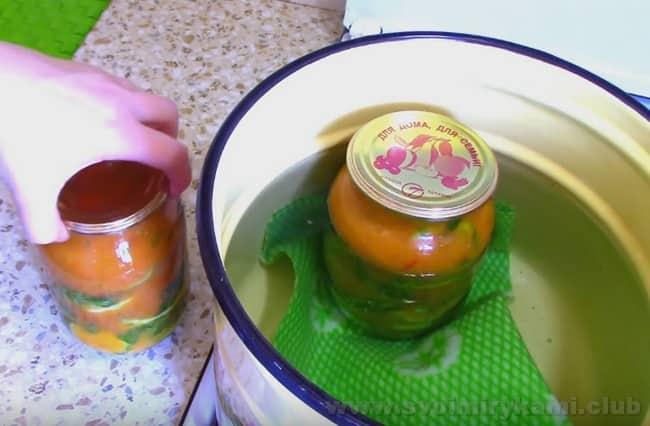 Банки с жареными кабачками в томатном соусе на зиму немного стерилизуем.