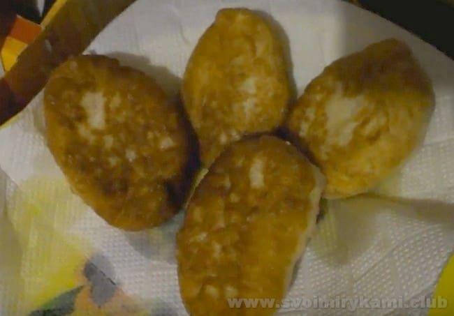 Жареные пирожки с повидлом желательно переложить со сковороды на бумажное полотенце, чтобы оно впитало лишний жир.