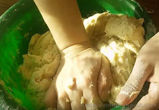 Тесто для приготовления жареных пирожков с повидлом тщательно вымешиваем.