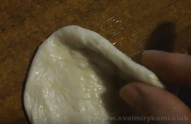 Приступим к формированию жареных пирожков с повидлом.