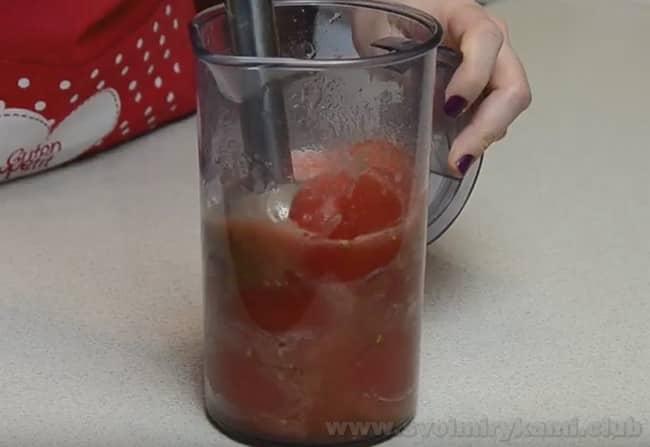 Для запеканки с макаронами и курицей в духовке понадобятся перебитые блендером помидоры.