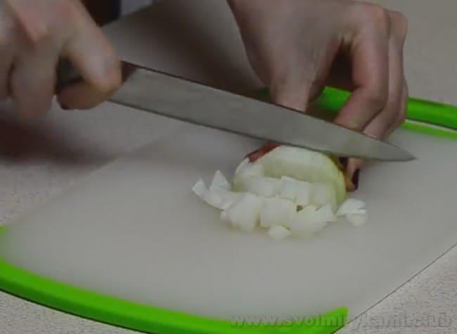 Чтобы приготовить запеканку из макарон с мясом, нарежьте мелко лук.