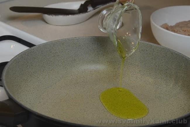 Готовя запеканку из макарон с мясом, лучше использовать оливковое масло.