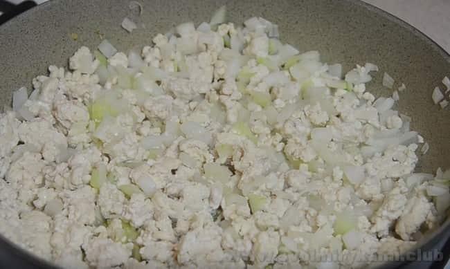 Этот рецепт макаронной запеканки с фаршем в духовке поможет вам приятно удивить родных вкуснейшим ужином.