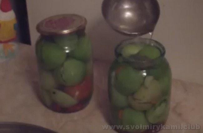 Зеленые фаршированные помидоры, приготовленные по этому рецепту, станут отменной закуской на праздничном столе.