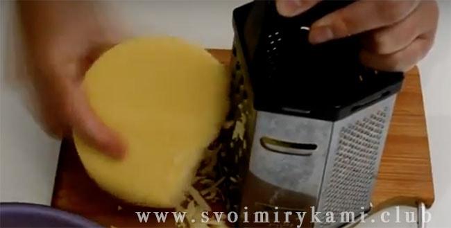 Начинаем готовку нашего рецепта ленивой ачмы из лаваша с натирания сыра