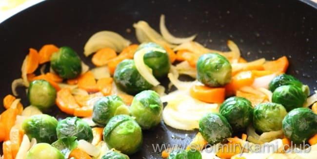 Что бы приготовить белковый омлет в духовке овощи пассеруем на масле подсолнечном и добавляем капусту