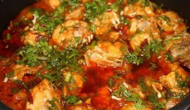 Чахохбили, приготовленное в казане на костре, получается необычайно вкусным