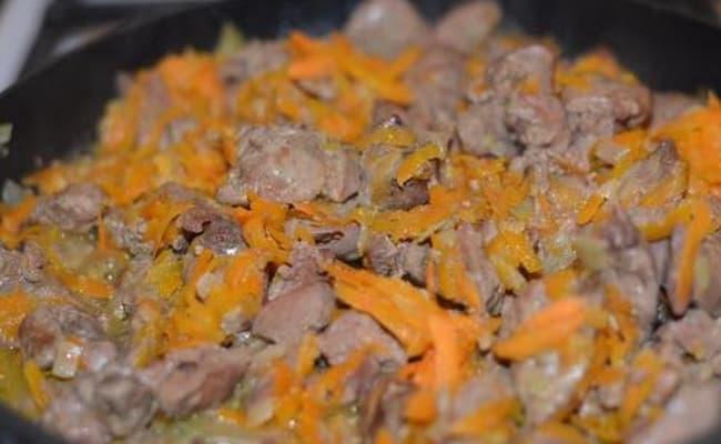 Спустя 3 минутки добавляем к печени с луком морковку.