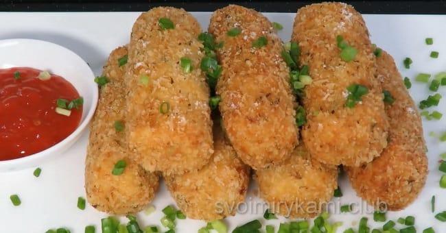 Готовые картофельные крокеты с сыром.
