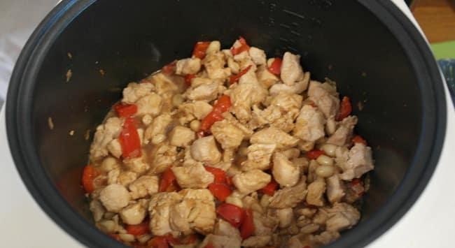 Добавляем куриное мясо и обжариваем его в мультиварке вместе с зажаркой