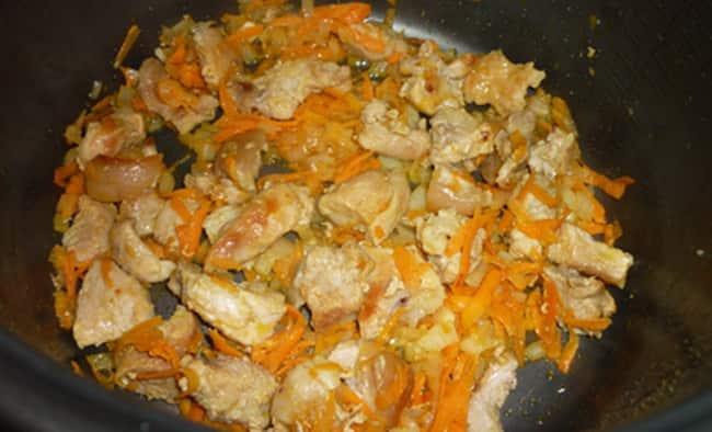 Обжариваем мясо с луком и морковкой