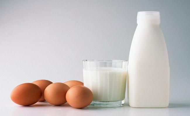 Кефир с яйцами достаем из холодильника за полчаса до процесса приготовления ватрушек.