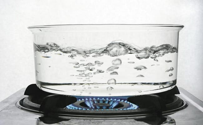 Кипятим воду с сахаром приблизительно 4-5 минут.