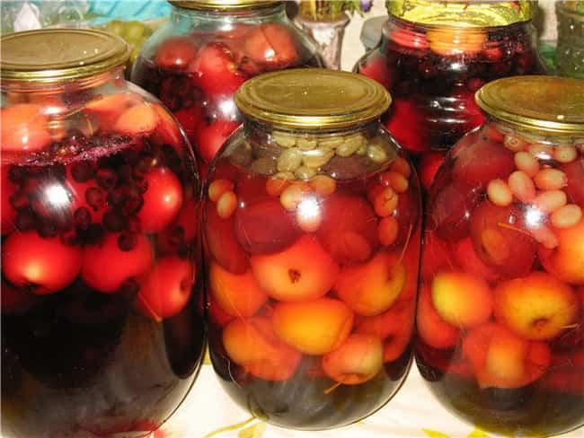 Вот такой компот из яблок и винограда я приготовила на зиму по очень простому рецепту