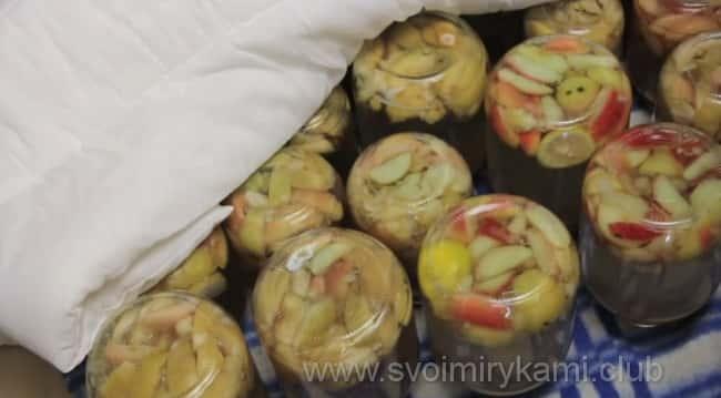 Укутываем банки с компотом из свежих яблок, приготовленным по очень простому рецепту