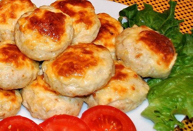 Готовим по рецепту рубленные куриные котлеты с сыром