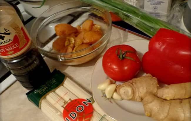 Для приготовления удон с курицей возьмем такие ингредиенты