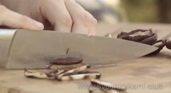 Нарезаем шиитаке полосочками