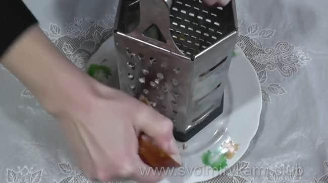 Натираем ветчину на терке для начинки лаваша с корейской морковкой