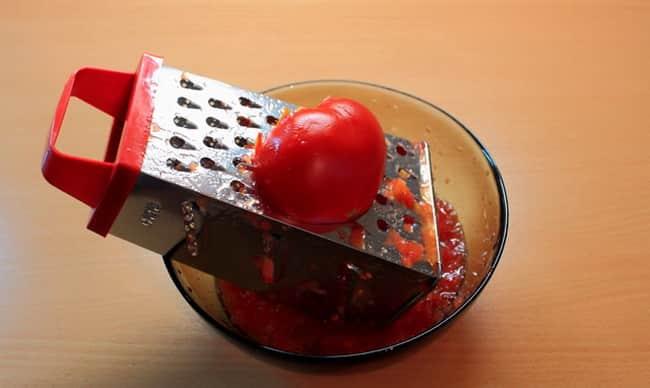 Натираем томат на терке