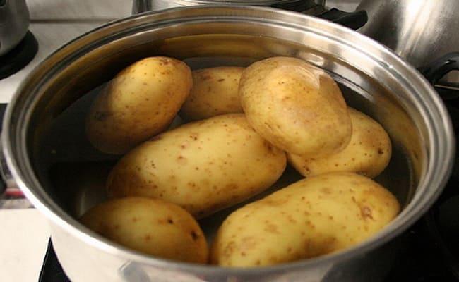 Промываем картофель и помещаем в кастрюлю с водой.