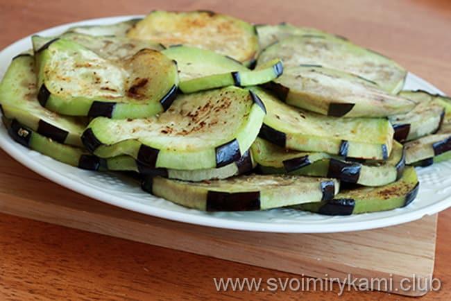 Что бы приготовить мусаку по гречески с баклажанами по рецепту, обжариваем баклажаны