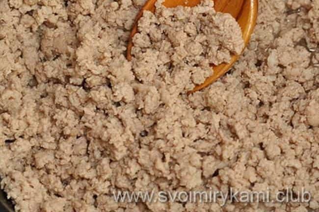 Что бы приготовить мусаку по гречески с баклажанами по рецепту, выкладываем на сковороду фарш