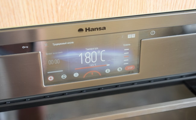 Настраиваем духовку нагреваться до 180 градусов.