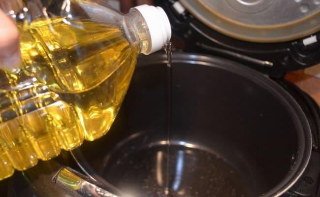 Вливаем подсолнечное масло в чашу мультиварки.