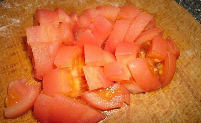 Теперь нарезаем помидоры кубиками.