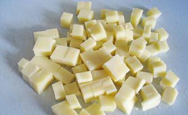 Сыр сулугуни нужно нарезать на мелкие кусочки.
