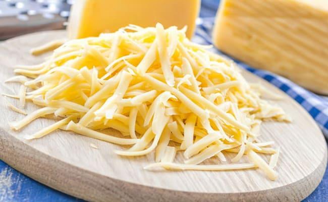 Для картофельной запеканки с грибами и сыром нужно натереть сыр на крупной терке.